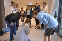 Elevane får i oppdrag å laga ein film som viser kva eit godt sosialt miljø er. (Foto: Helge Johan Stautland)